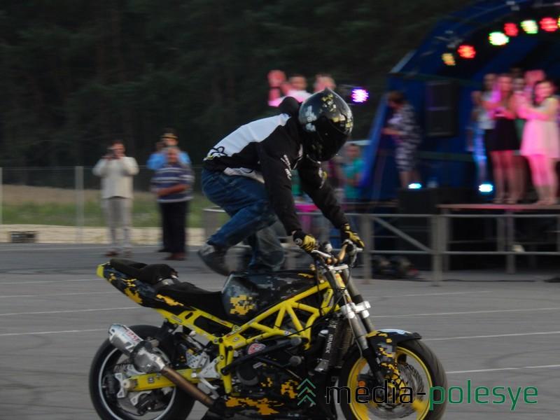 Перед началом танцевальной программы стантрайдер Дмитрий Труханович на своём мотоцикле продемонстрировал мотор-шоу