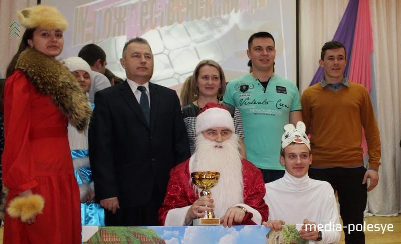 Фото команды «Разные люди» вместе с директором колледжа Иваном Михайловичем Раковичем