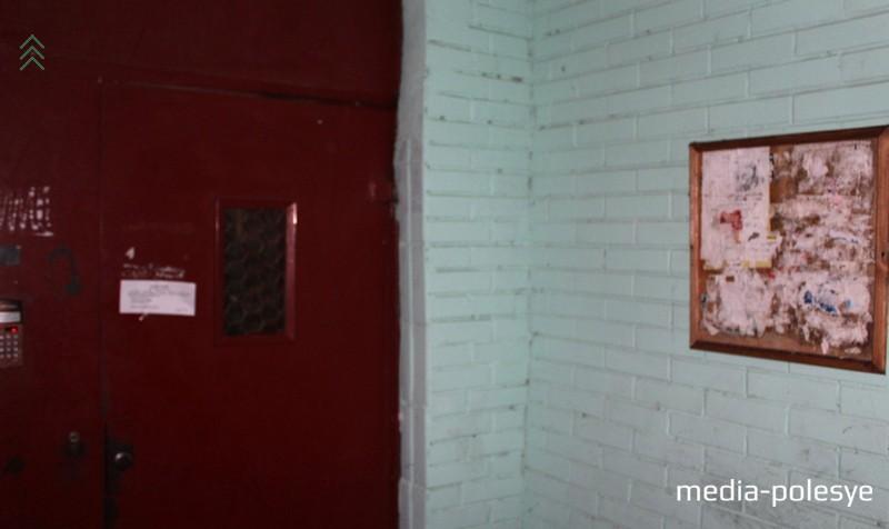 На фотографиях видно, что доска есть, а объявление от ЖКХ висит на двери подъезда по ул. Красной, 117