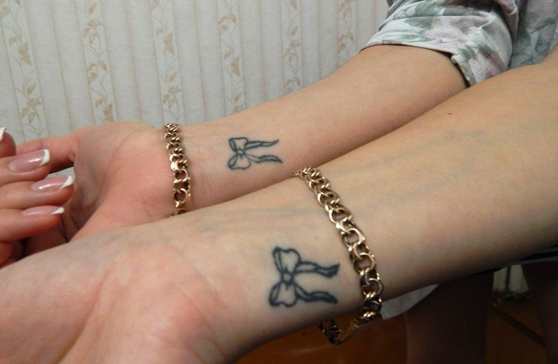 Одинаковые татуировки сделали две подруги в знак дружбы