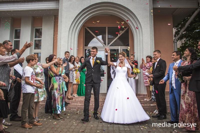 На свадьбу к будущей семье приехали десятки родственников и друзей