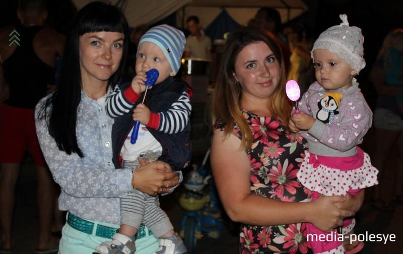 Анна с сыном Егором и Юлия с дочерью Ксенией солидарны в том, что праздники Лунинцу нужны. И побольше, особенно для деток, чтобы было, куда с ними сходить