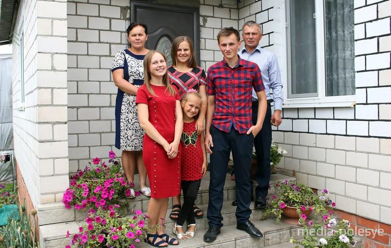 Павел с родителями и сёстрами