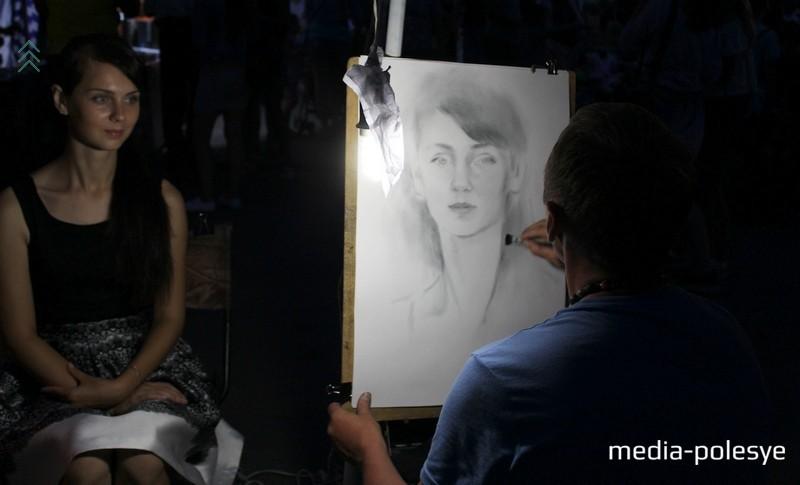 Портреты лунинчан рисовали на протяжении всей вечерней программы