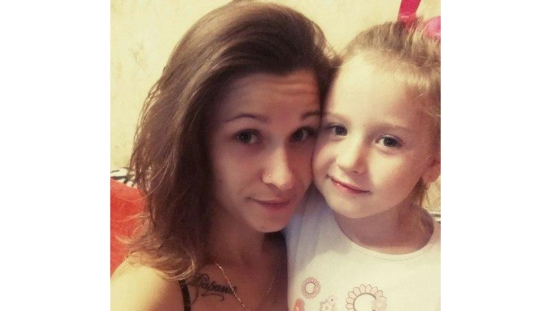 Ольга с дочкой Дариной, имя которой у неё на груди