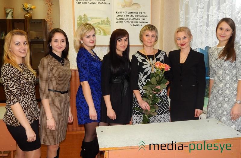 Выпускники первого своего юбилея вместе с учителями Инной Фёдоровной Некрашевич (третья справа) и Оксаной Владимировной Борисевич (вторая справа).