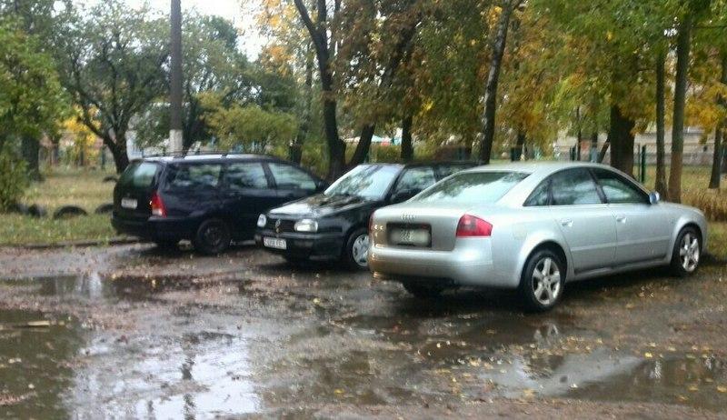 После совершения ДТП Ауди оставалась на дворовой стоянке по улице Рокоссовского