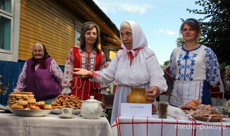 Во многих дворах агрогородка хозяйки накрывали столы и частавали гостей старадавними блюдами