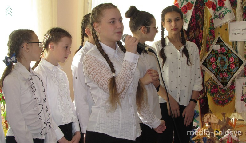 Гостей праздника встречали песнями и музыкой учащиеся Плещицкой музыкальной школы