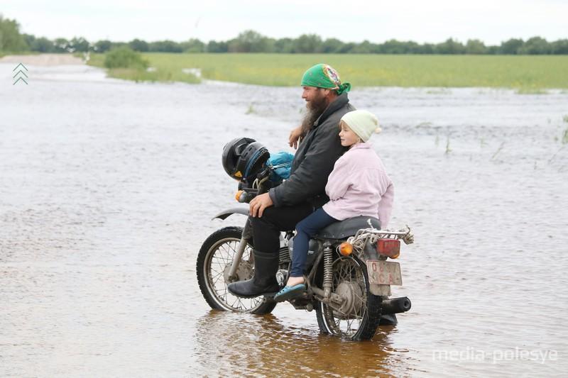 Лучше не рисковать… Дорога гравийная. Попадет крупный камень под колесо и мотоцикл может опрокинуться
