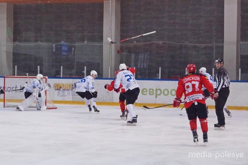 Во время матча над льдом взлетали клюшки