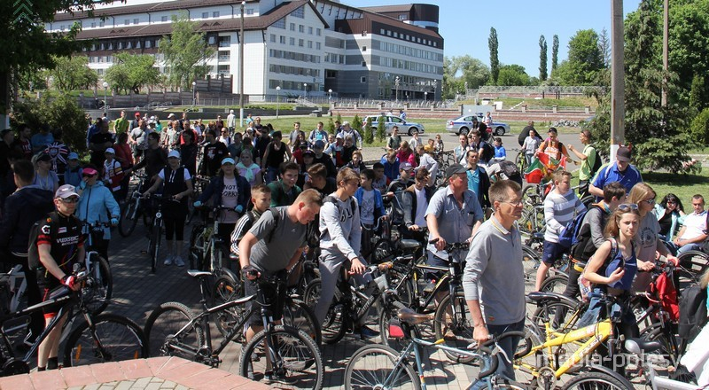 Множество велосипедистов заполонили площадку у бронекатера