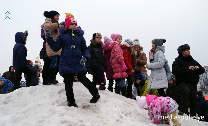 Дети забирались на горку из снега, чтобы лучше было наблюдать за концертом