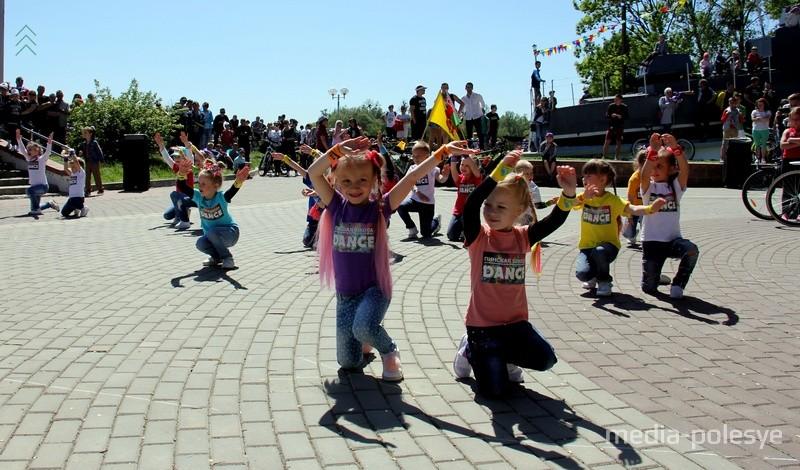 Выступает танцевальная школа Dance