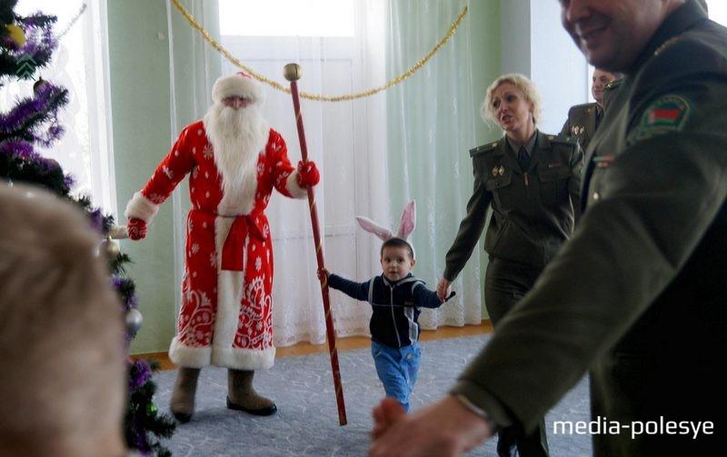 Мальчик Сергей сказал, что  Дед Мороз настоящий и не отходил от него ни на шаг