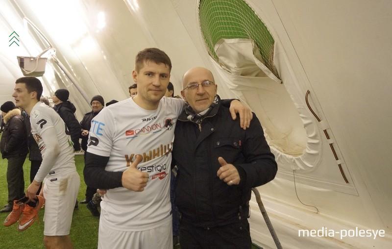 У нападающего Крумкачоў Вячеслава Глеба (слева) в день пинской игры был день рождения