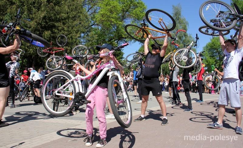 В одном из конкурсов надо было поднять и удержать свой велосипед