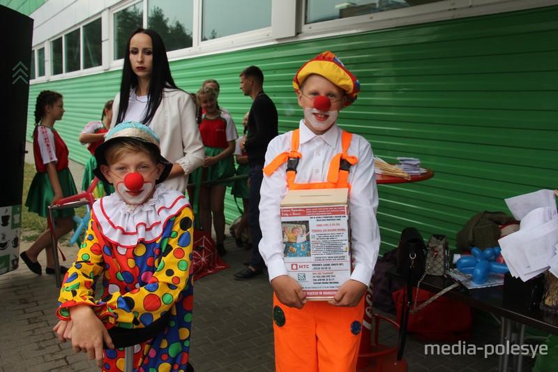 Ребята из цирковой студии «Арлекин» помогали собирать пожертвования