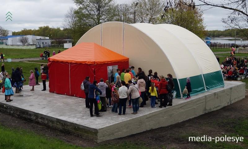 Рабочие успели установить только две секции шатра. Планируется, что их будет пять