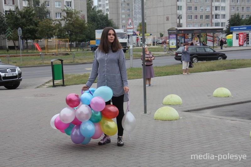 Волонтёры раздавали прохожим воздушные шарики и листовки с информацией о Степане