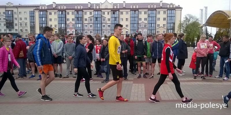 Спортсмены получили задание и уходят на свой этап