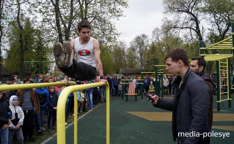 Пинчанин Илья Банько идёт на рекорд. Во время выполнения упражнения он был очень спокоен и слушал музыку в наушниках