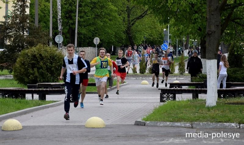 Легкоатлеты бежали рядом с городской набережной