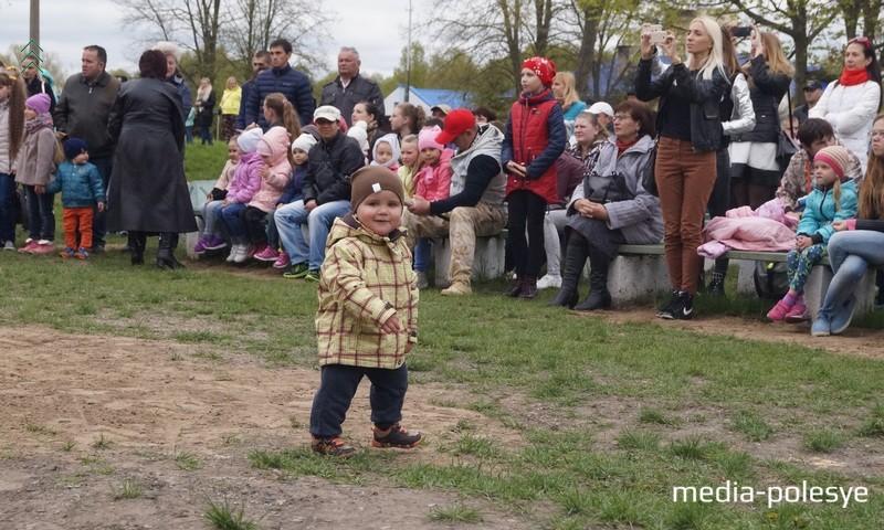 Многие пришли посмотреть выступления своих детей