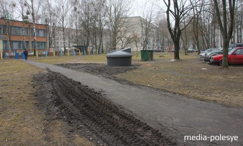 Далее по улице первомайской уже всё плохо. Мусоровоз уничтожает газон, едет по тротуару и маневрирует по газону
