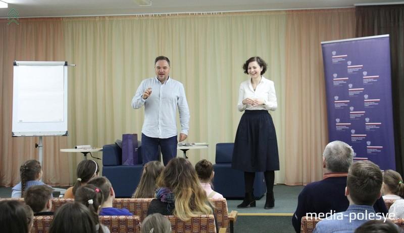 Гжегож и переводчица Елена поддерживали в зале весёлое настроение