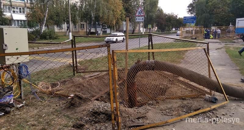 В Пинске в очередной раз прорвало канализационный коллектор
