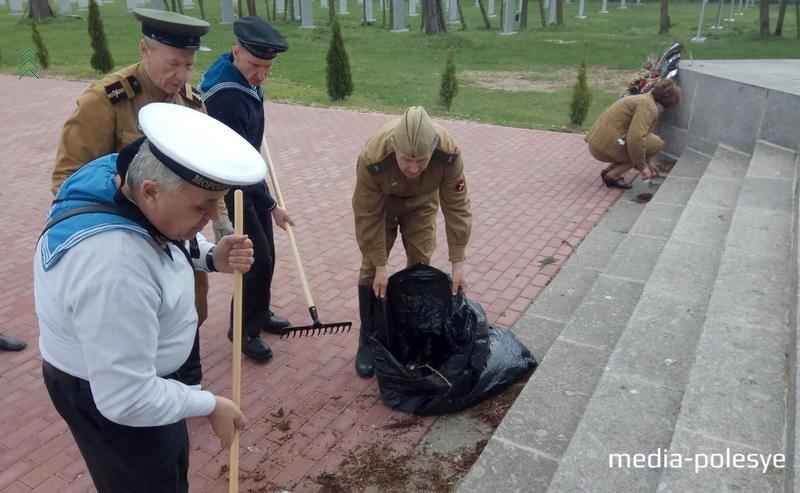 Участники поездки помогли в уборке захоронений советских солдат в Мюнхенберге
