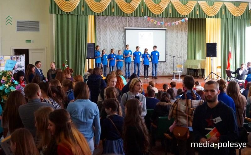 На сцене волонтёры из деревни Каллауровичи