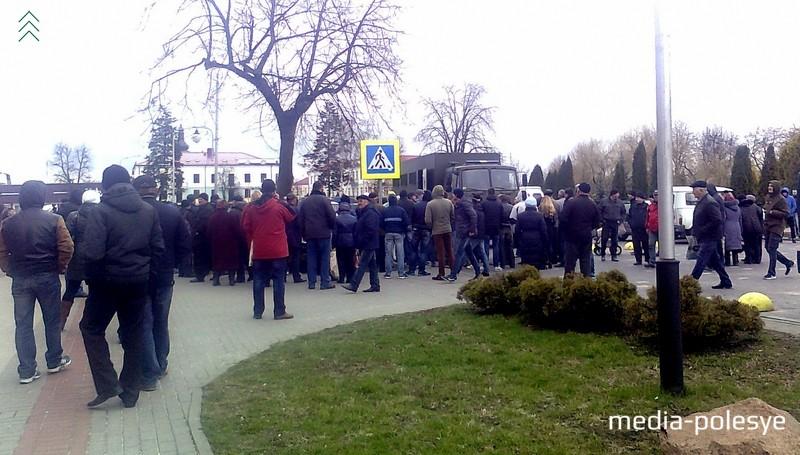 Люди согласились уйти с площади, но остались стоять у автозаков