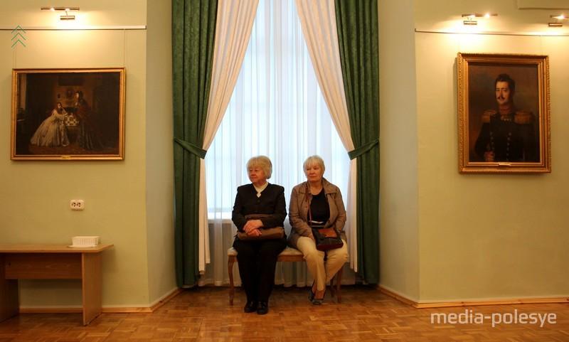 Посетители музея, как экспонаты. В зале живописи музея