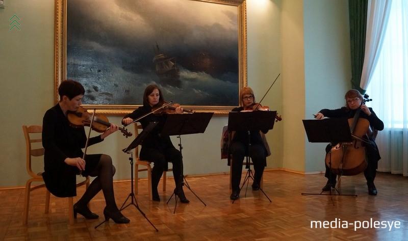 Камерный квартет играет классическую музыку на фоне картины Айвазовского. В другие дни сотрудники музея не всегда позволяют фотографировать эту картину