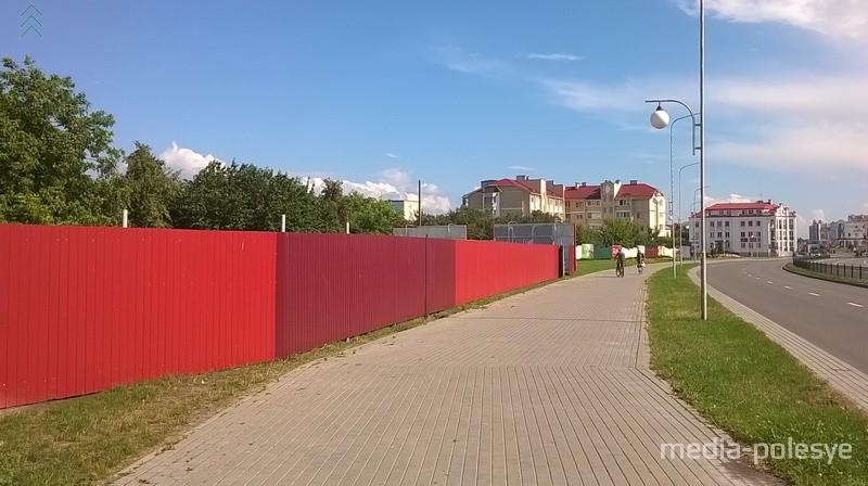 Пустырь у здания Нацбанка. Красным забором огорожена стройплощадка