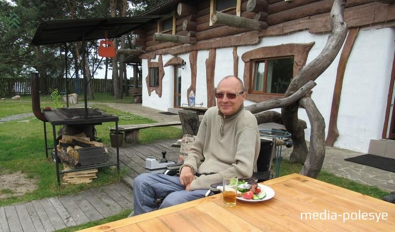 Валерий Тимакин (на снимке) говорит, что любые мелочи, которые не замечает обычный человек, для людей с инвалидностью очень важны
