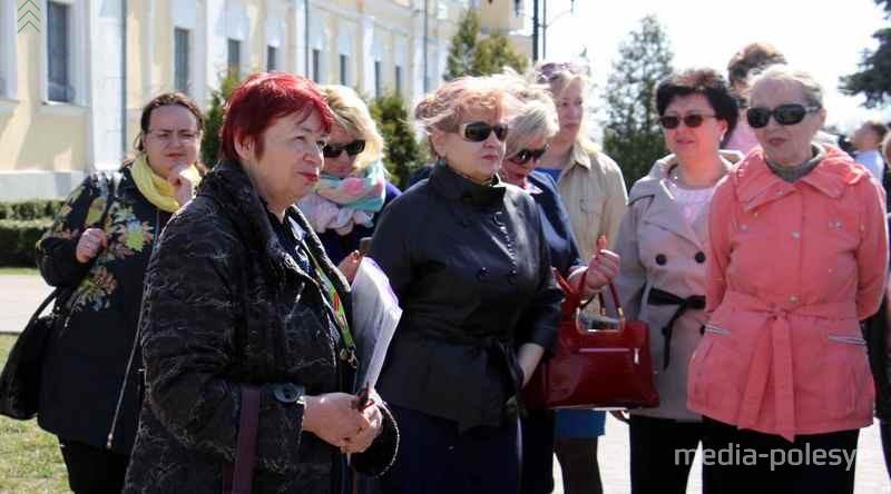 Татьяна Хвагина (на переднем плане) проводит экскурсию