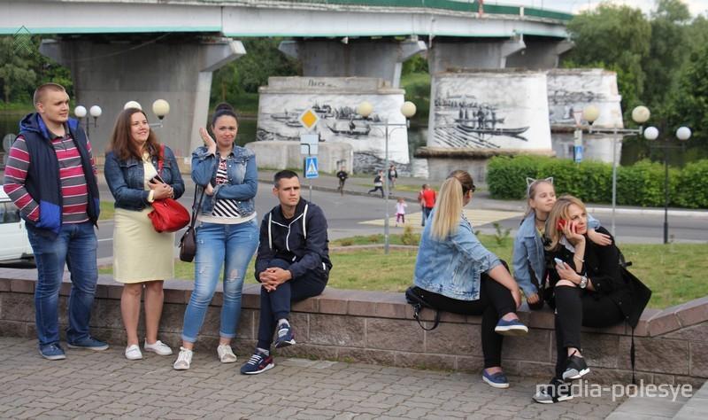 Зрители в живописных местах Пинска