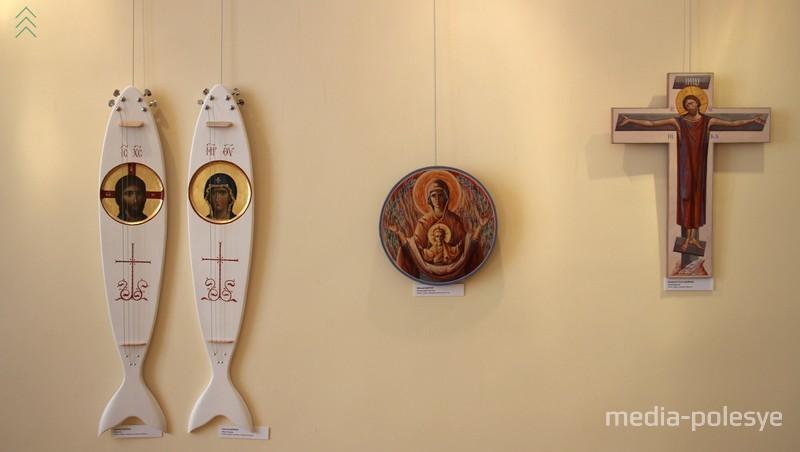 Николай Довнар (Беларусь) делает иконы в виде гитар (слева), далее его икона «Неопалимая купина» и икона Екатерины и Антона Дайнко «Распятие»