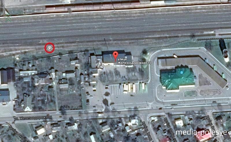 Место обнаружения боеприпаса обведено красным кружком. Правее  здание с зелёной крышей, пинский автовокзал (использована гугл-карта)