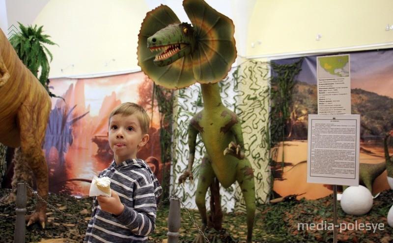 В зале с динозаврами