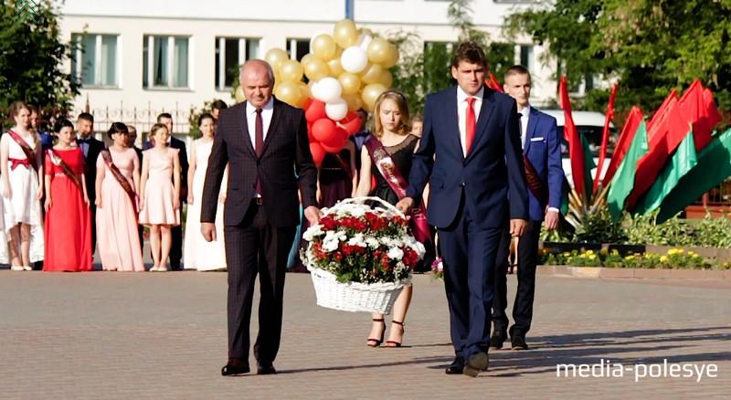 Возложение цветов к братской могиле – традиция