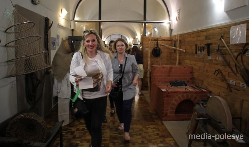 По музею бегали группы участников квест-игры и искали спрятанные артефакты