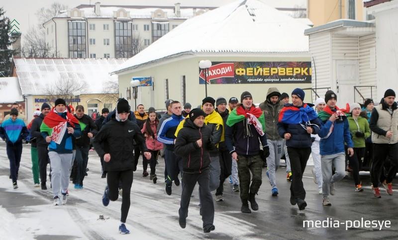 Более 50 человек приняло участие в Пинских зимних беговых играх. Фото Дарьи Касюк для Медиа-Полесья