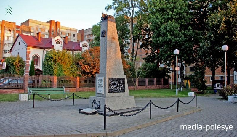 Памятник морякам-днепровцам в сквере