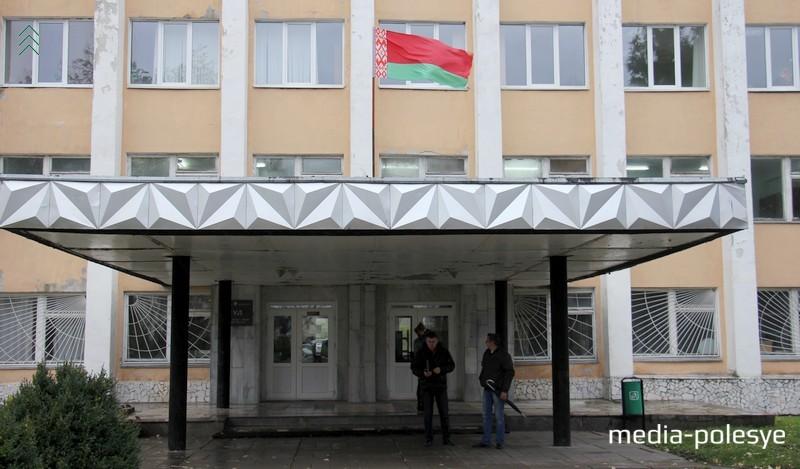 В этом административном здании ОАО «Полесье» временно находится суд Пинского района и города Пинска