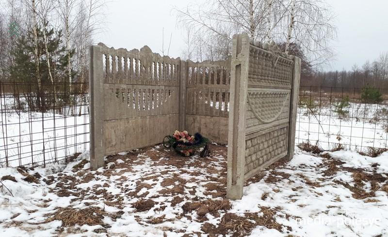 Коммунальники обустраивают на кладбищах площадки для мусора. Площадка на колоднянском кладбище