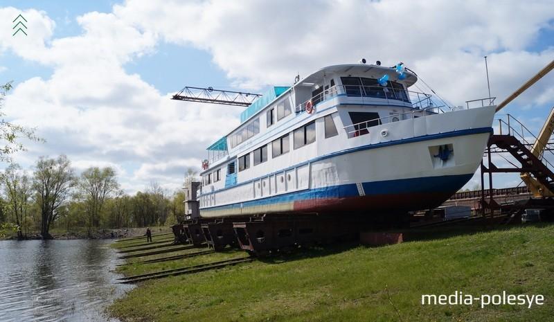 «Белая Русь» ещё на суше. За полчаса до спуска на воду рабочие судремзавода наводили «марафет» на новом судне